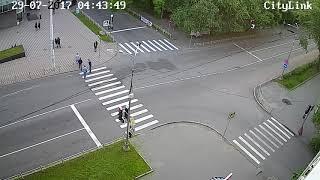 Устроили драку на дороге в центре.Разборки на дороге