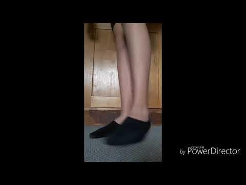 Junge trägt Füßlinge