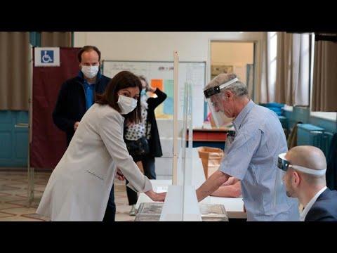 Στις κάλπες οι Γάλλοι για τον δεύτερο γύρο των δημοτικών εκλογών…