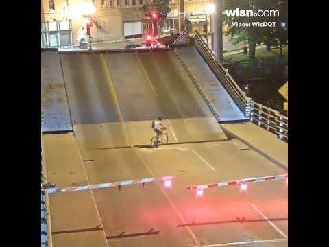 Девушка на велосипеде пыталась проехать через разводящийся мост