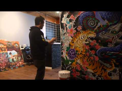 Salvador Barba pintando un mural para una Tattoo Shop