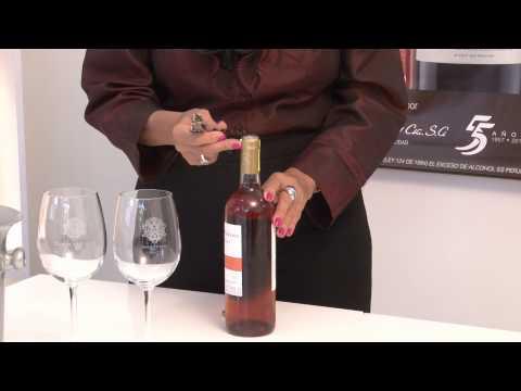 La manera correcta de servir el vino.