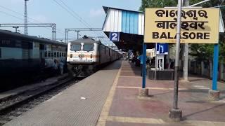 preview picture of video 'SRC WAP-4 vs GZB WAP-7. Arrival of Up Falaknuma Express and Down Bhubaneswar Rajdhani at Balasore'