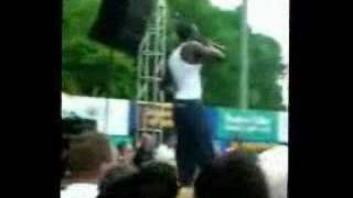 Akon Throws a kid off the stage!!!