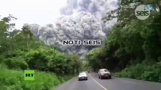 Corren por su vida: Momento de la huida en una carretera tras la erupción del Volcán de Fuego