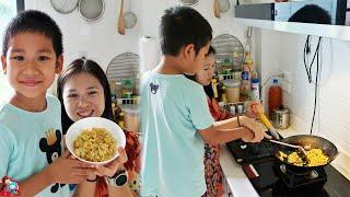 น้องบีม | ช่วยแม่บีทำอาหารกะหล่ำปลีผัดไข่