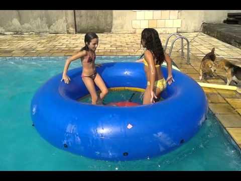 Julia e Gabi tomando um banho gostoso de piscina (versão 2016) [1:32x360p]