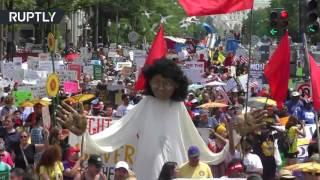 Многотысячный марш против политики Трампа по климату прошёл в Вашингтоне