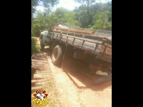 Caminhão carregado até o talo cai na ponte da Laranjeiras