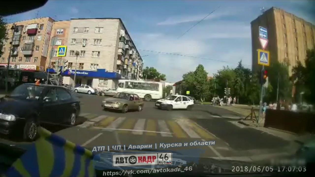 Женщина за рулем Mercedes-Benz CLA устроила массовое ДТП в Курске