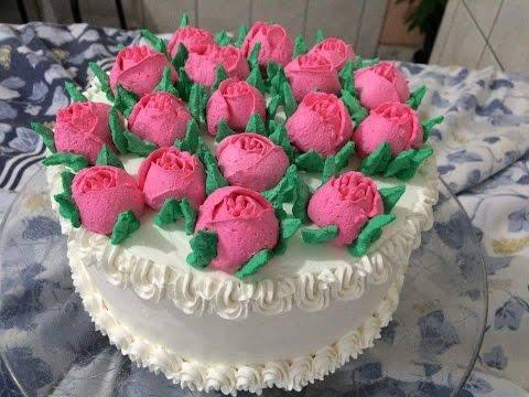 Bolo Decorado Com Flores De Chantilly Para O Dia Das Mães