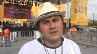JESUS ESPINOSA OBSEQUIA SU ARTE A LILA DOWNS EN CHOLULA, PUEBLA.