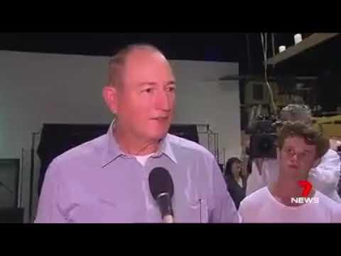 العرب اليوم - شاهد: شاب يرشق سيناتور أستراليًا ببيضة على رأسه احتجاجًا على مواقفه المناهضة للمهاجرين