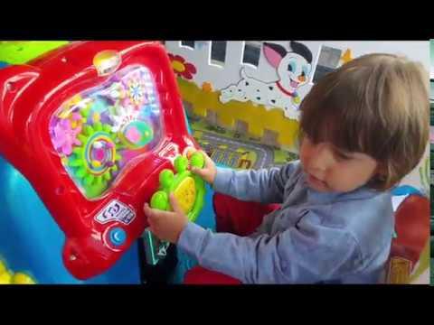 Fatih Selim ve yusuf oyun alanındaki bütün oyuncaklara tek tek biniyorlar
