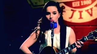 Eve Baxter (Kaitlyn Dever) sings a soulful, from the heart song