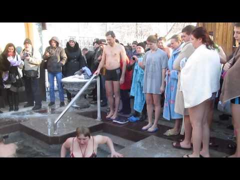 Молитва перед купанием в полынье Крещение Харьков Саржин яр 19 января 2014