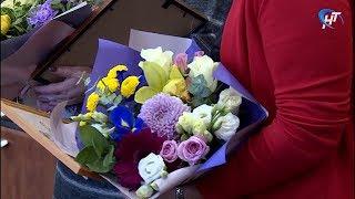 Сергей Бусурин вручил благодарственное письмо главы региона воспитателю 49-го детского сада
