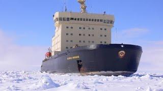 Ледокол во льдах Арктики.