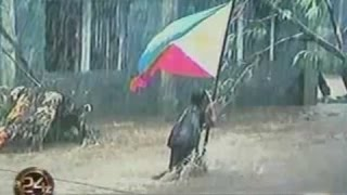 24Oras: Batang babae, isinalba ang watawat ng Pilipinas mula sa baha