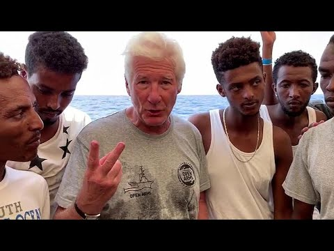 العرب اليوم - شاهد: نجم هوليوود يزور سفينة لمهاجرين عالقين في البحر المتوسط رفضت دول أوروبية استقبالهم
