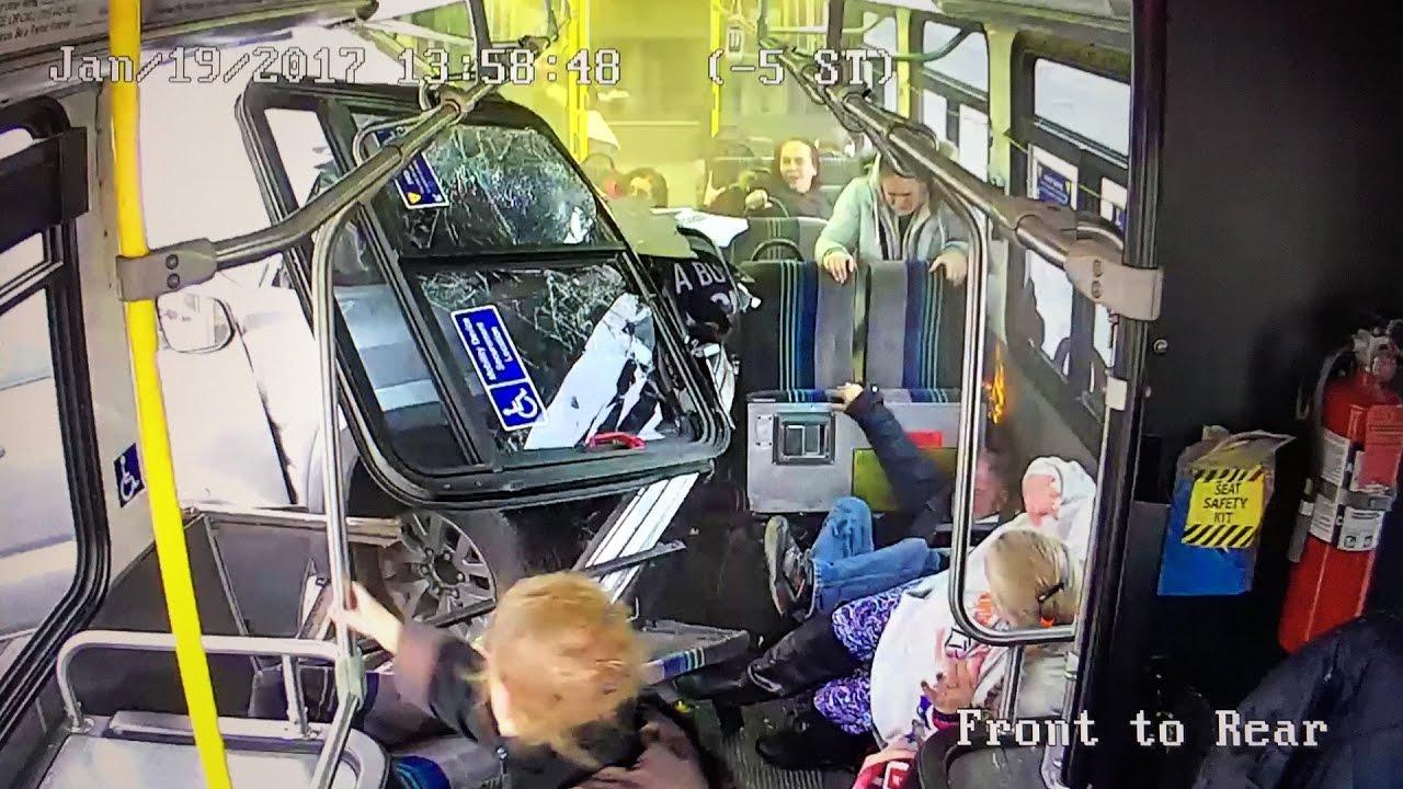 Тойота Тундра на полном ходу протаранила автобус