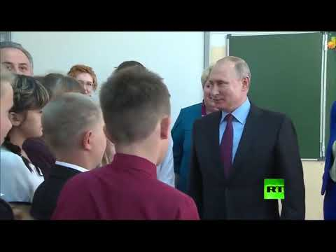 العرب اليوم - شاهد: الرئيس الروسي يهنئ طلاب مدرسة