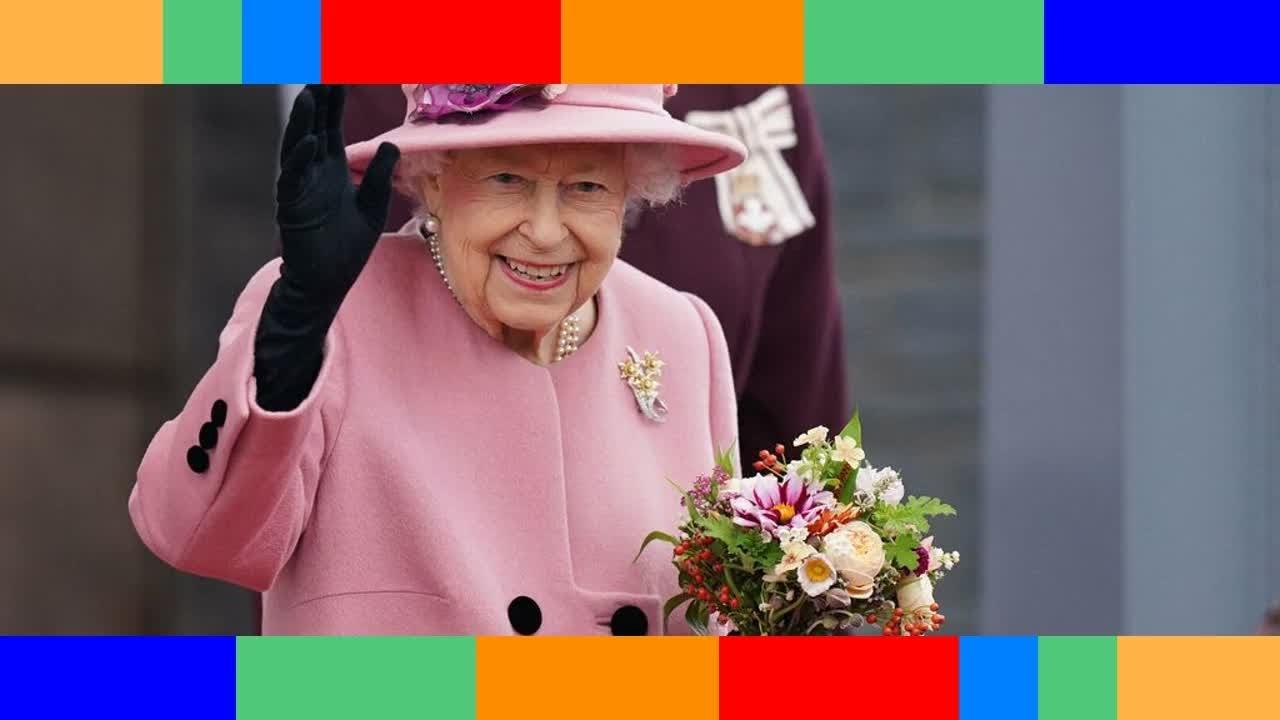 Reine Elizabeth II  élégante en rose malgré la canne à la main