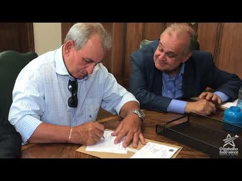 O Prefeito Ayres Scorsatto, assina o convênio para a liberação de R$ 474 mil reais para obras de pavimentação no Jardim das Palmeiras.