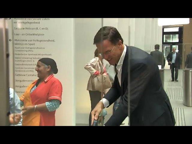 رئيس وزراء هولندا ينظف الأرض بسبب كوب قهوة وقع من يده