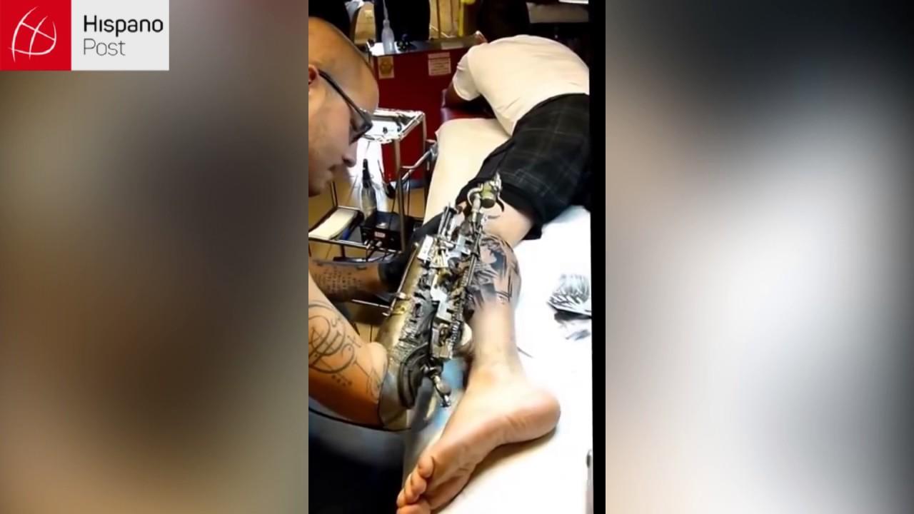 Tatuador sin brazo impresiona con su trabajo