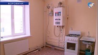 Дети-сироты справляют новоселье в своих новых квартирах в Боровичах
