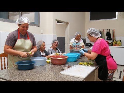 Friburgo: voluntários ajudam a selecionar alimentos para lar de idosos