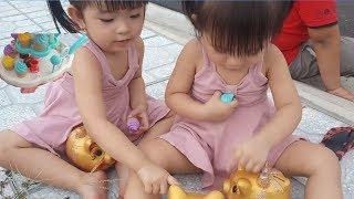 2 Chị Em Bé Na Chơi Bán Kem,Đi Bắt Heo Vàng♥Baby Sister Na 2 Play Buy Cream