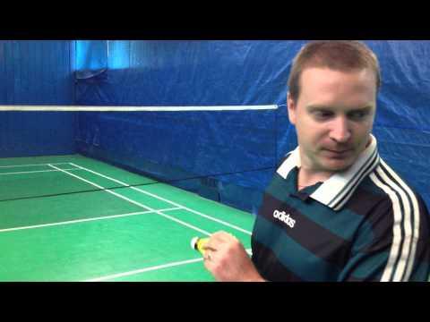 Jak správně podávat v badmintonu při dvouhře