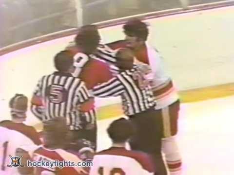 Bryan Hextall vs. Dave Schultz