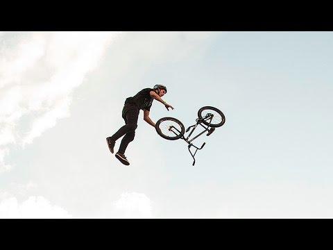 טריקים מדהימים על אופניים באוויר