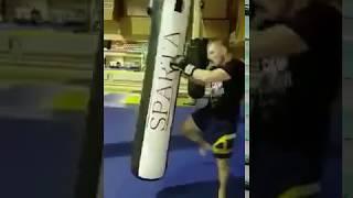 Артем Фролов. Претендент на титул чемпиона М1. Бьет по боксерскому мешку компании SPARTA.