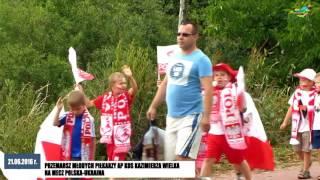 Przemarsz młodych piłkarzy AP KOS Kazimierza Wielka na mecz Polska - Ukraina.