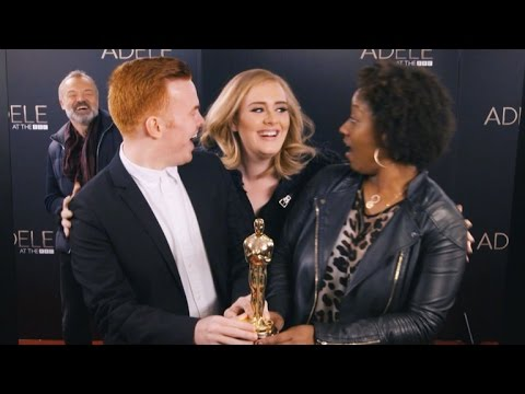 Watch Adele Adorably Photobomb Fans: Their Reactions are AMAZING (видео)