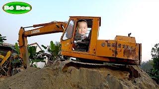 Bé Khám Phá Máy Xúc Hitachi UH 40 ❤ Bé Ben ❤ baby explore excavator
