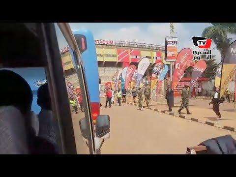 لحظة وصول حافلة «المنتخب» إلى ملعب المباراة وسط حراسة أمنية مشددة
