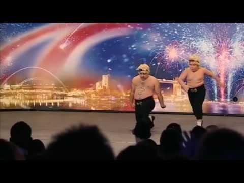 Far og sønn får fram smilet med spesiell dans