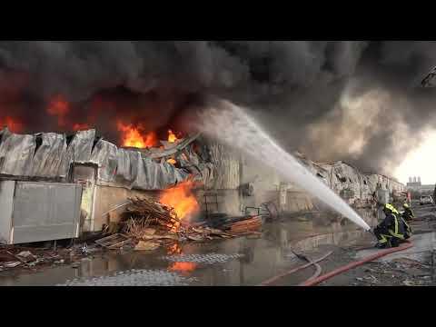 جهود الدفاع المدني في السيطرة على الحريق الذي اندلع في مستودع لمواد البناء بمنطقة سلماباد