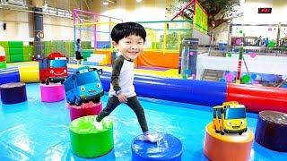 키즈 카페 색깔놀이 예준이의 실내 놀이터 미끄럼틀 타기 뽀로로 파크 타요 버스 동요 핑거 패밀리 전동 자동차 Learn Colors Indoor Playground for Kids