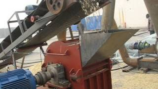 Wood chip crushing hammer mill