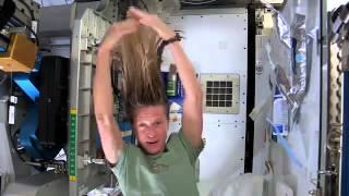 Смотреть онлайн Как астронавты моют волосы в невесомости