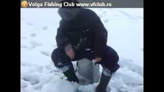 Спящий мужик на зимней рыбалке