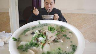 天冷就适合吃炖菜,小伙午饭一盆灵芝羊杂汤,泡一盆米饭吃,真爽