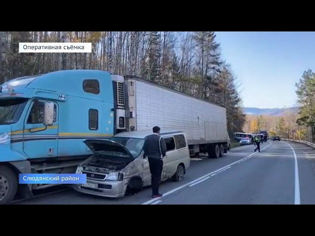 Автобус с туристами врезался в грузовик