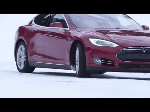 """Siêu xe Tesla Model s """"khiêu vũ"""" trên tuyết"""